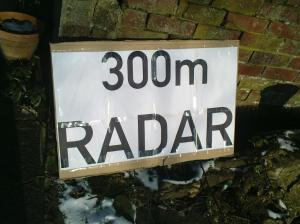 Schild zum Warnen vor Radarfallen